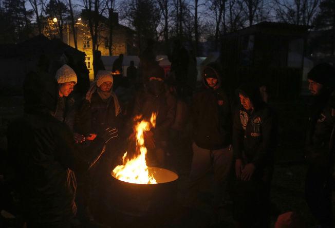 <p>KJEMPER FOR Å HOLDE VARMEN: Flyktninger varmer seg rundt et tønnebål på stasjonen i grensebyen Presovo. Denne helgen er det meldt ned mot 20 kuldegrader på Balkan.<br/></p>