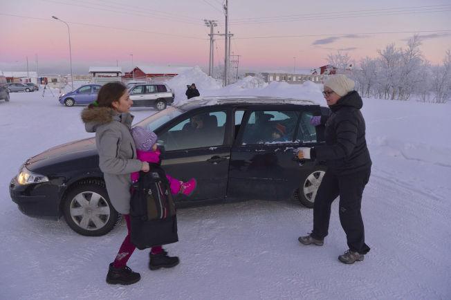 <p>IMPULS: Her hjelper Merete Nordhus (t..h.) en mor og datter inn i bilen sin.</p>