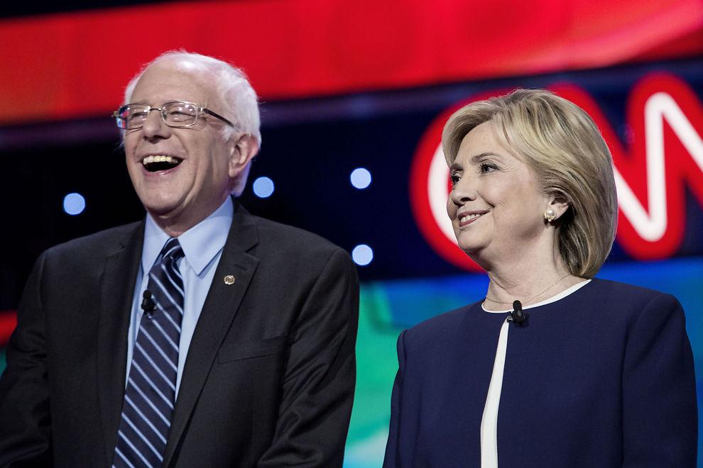 <p>GOD DAG FOR SANDERS: Senatoren fra Vermont, Bernie Sanders, går kraftig fram i Iowa i en ny meningsmåling. Dermed må Hillary Clinton avfinne seg med en andreplass i målingen. Bildet er tatt under en TV-debatt før jul</p>