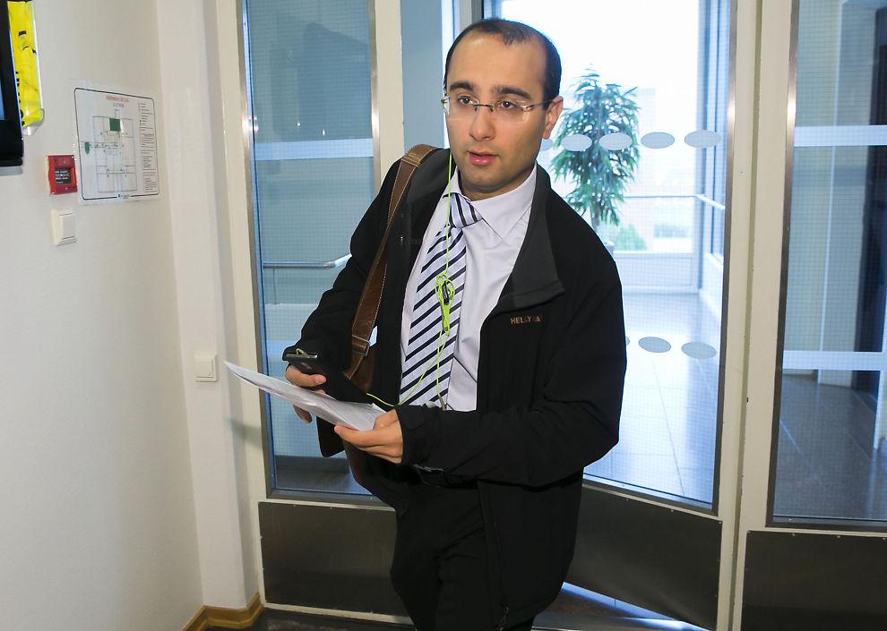 <p>INNRØMMER: Forsvarsadvokat Amir Mirmotahari på vei inn til fengslingsmøte i Nedre Romerike tingrett. Nå nektes han adgang til Oslo fengsel.</p>
