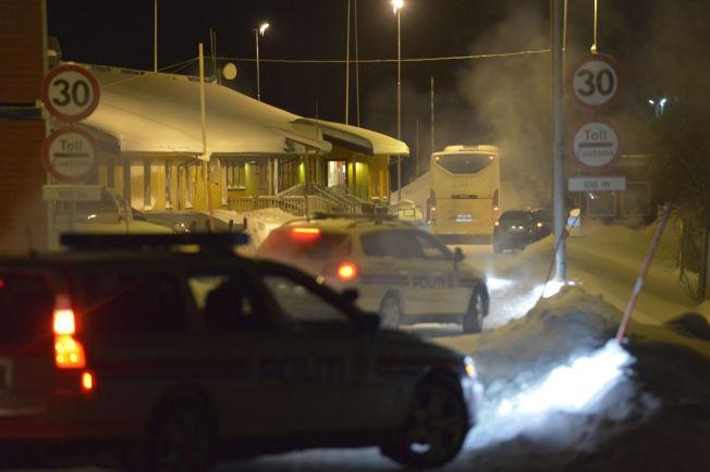 <p>RETUR: En buss med asylsøkere på vei til Russland kjører gjennom Storskog grensestasjon utenfor Kirkenes tirsdag kveld.</p>