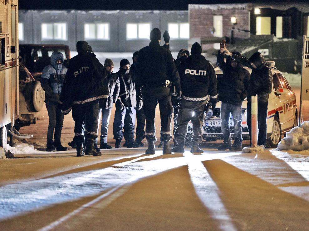 <p>BLE TIET: Ved Finnmark ankomstsenter i Kirkenes ble en gruppe asylsøkere stoppet av politiet i porten på vei ut.</p>