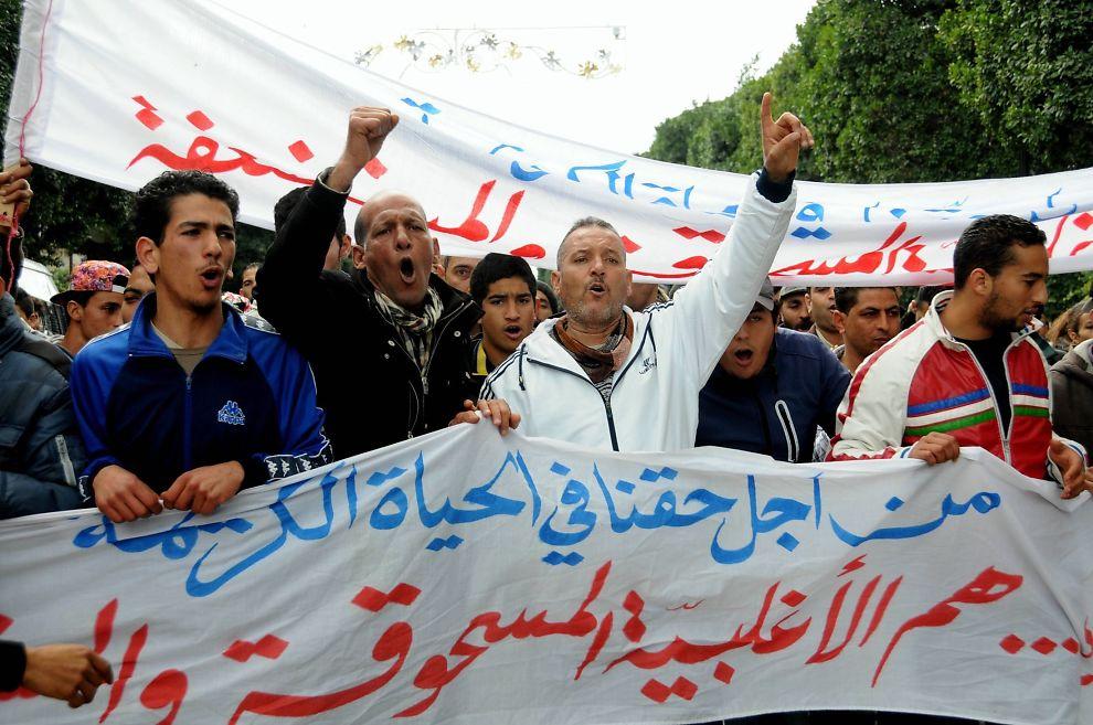 <p>PROTEST: Det har blitt store opptøyer i Tunisia etter at de arbeidsløse har samlet seg i demonstrasjon.</p>