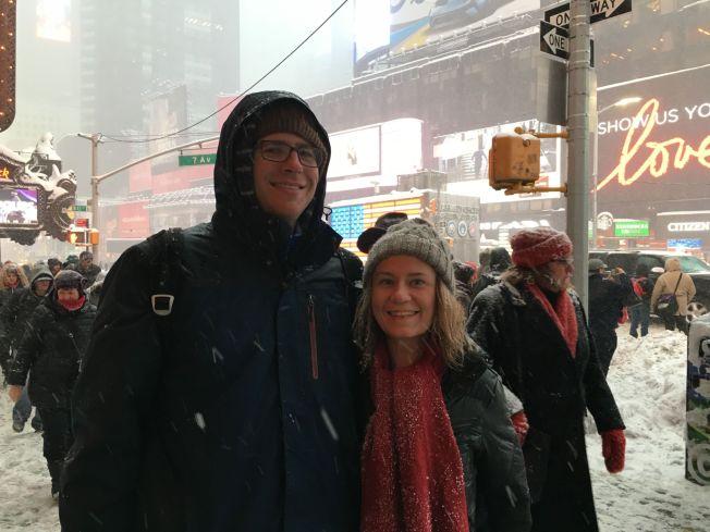 <p>VILLE SE: Kjæresteparet Nathaniel og Michelle var blant de mange hundre som hadde tatt turen til Times Square for å se på snøværet.<br/></p>
