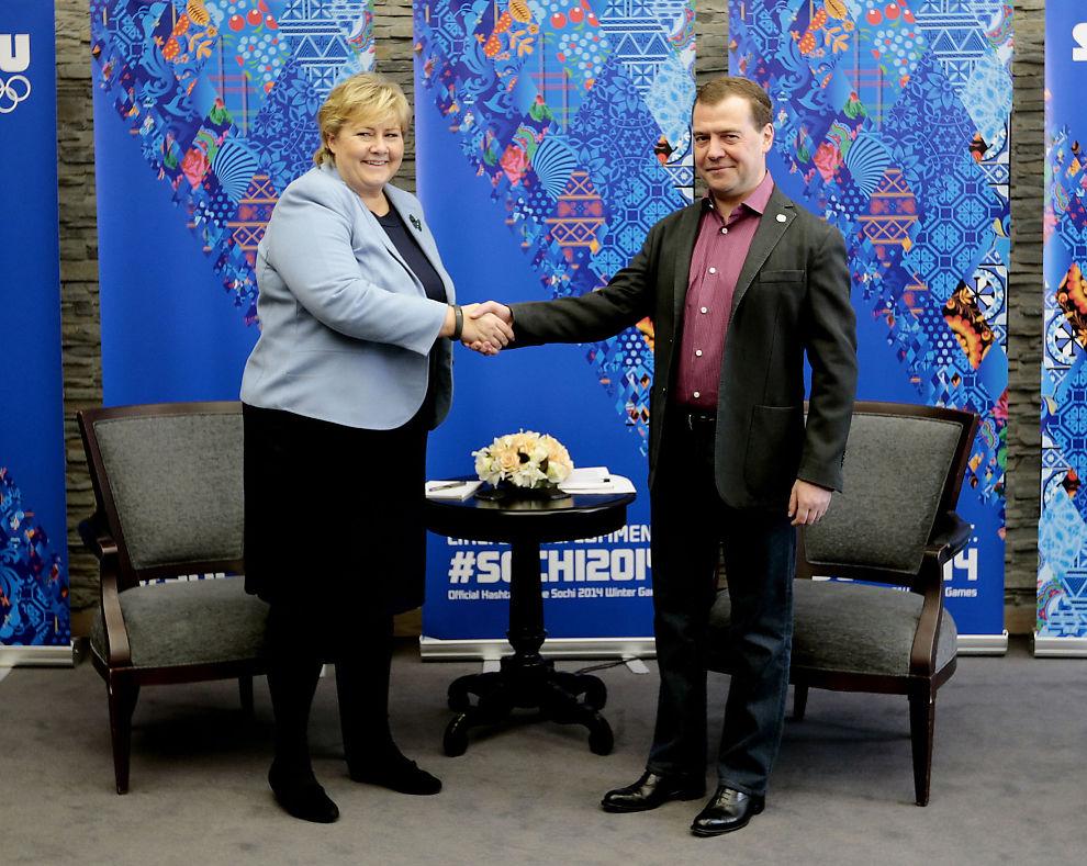 <p>FØRST SMILTE DE: Men så ble det svært dårlig stemning da Norges statsminister Erna Solberg (H) kritiserte Russlands statsminister Dmitrij Medvedev under et møte i Sotsji i 2014.</p>