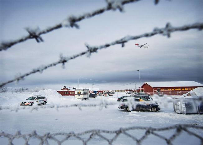 <p>VURDERER FLY: Politiets Utlendingsenhet vurderer nå om de skal sende flyktningene ved Vestleiren til Russland med fly. Ankomstsenteret har tidligere vært en heimevernsleir, og ble åpnet i november i fjor.</p>
