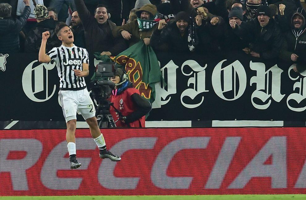 SÅÅÅ GLAD: Juventus agentinske trollmann, Paulo Dybala jubler etter scoringen sin 13 minutter før slutt mot Roma. Det ble kampens eneste.