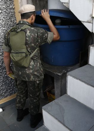 <p>TIL KRIG MOT MYGG: En soldat fra den brasilianske hæren jakter mygglarver i Sao Paulo. I kampen mot den smittefarlige myggen som bærer med seg zikaviruset, har myndighetene tatt i bruk landets militære styrker.</p>