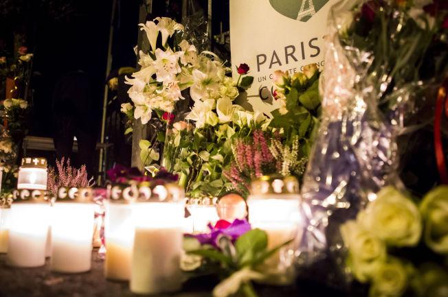 <p>LA NED BLOMSTER: Bildet er tatt utenfor den franske ambassaden i Oslo dagen etter Paris-angrepene i fjor.</p>