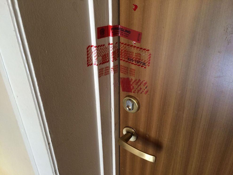 <p>STENGT AV: Politiet sperret av leiligheten hvor barnet skal ha blitt påført de alvorlige skadene.</p>
