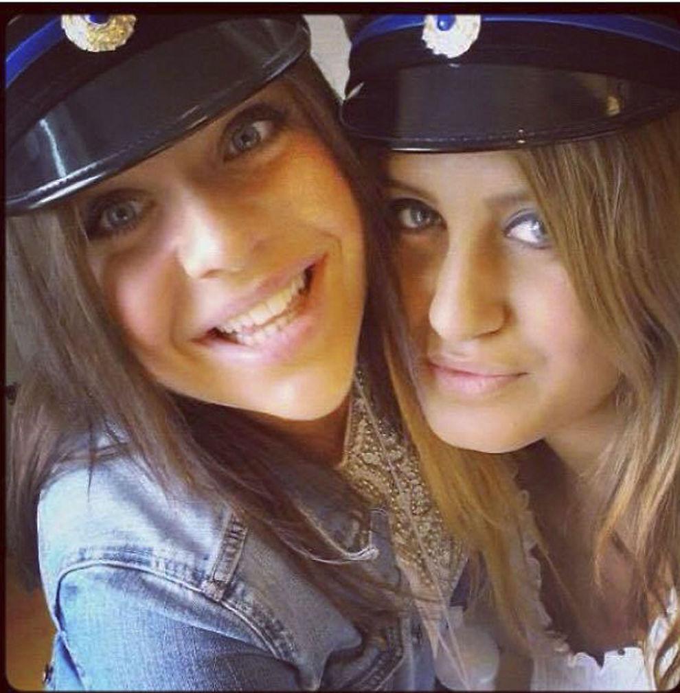 <p/><p>SAMMEN: Alexandra Mezher (t.h) , og venninnen Lejla Filipovic (t.v), da de var ferdige på videregående skole i Boras i Sverige.</p>
