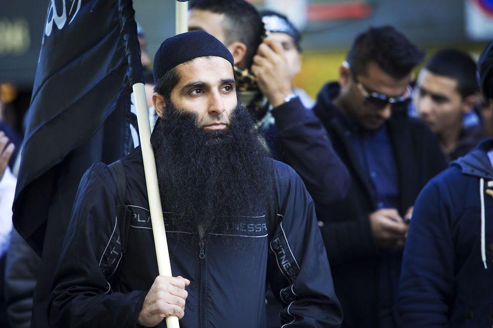 <p>SENTRAL: Politiets sikkerhetstjeneste (PST) mener islamisten Arfan Bhatti (38) har en lederrolle i den radikale ekstremistgruppen «Profetens Ummah» på Østlandet. Her er 38-åringen avbildet under en demonstrasjon utenfor den amerikanske ambassaden i Oslo i 2012 hvor flere medlemmer fra gruppen deltok.</p>