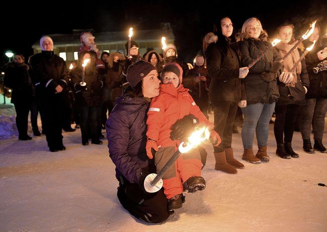 <p>KREVER HANDLING: Annelise Sneve og datteren Ellinor (2,5) møtte opp til støttemarkeringen onsdag kveld. Sneve mener at alle som kom over Storskog-grensen bør få realitetsbehandler asylsøknaden sin.<br/></p>