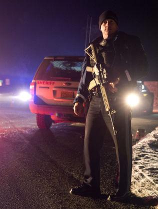 <p>VEISPERRING: En politibetjent holder vakt ved en veisperring på vei ut mot den okkuperte bygningen.<br/></p>