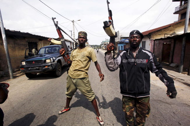 <p>GATEKAMPER: Outtara-lojale militsgrupper i sentrum av Abijan samme dag som Gbagbo ble arrestert i 2011.<br/></p>