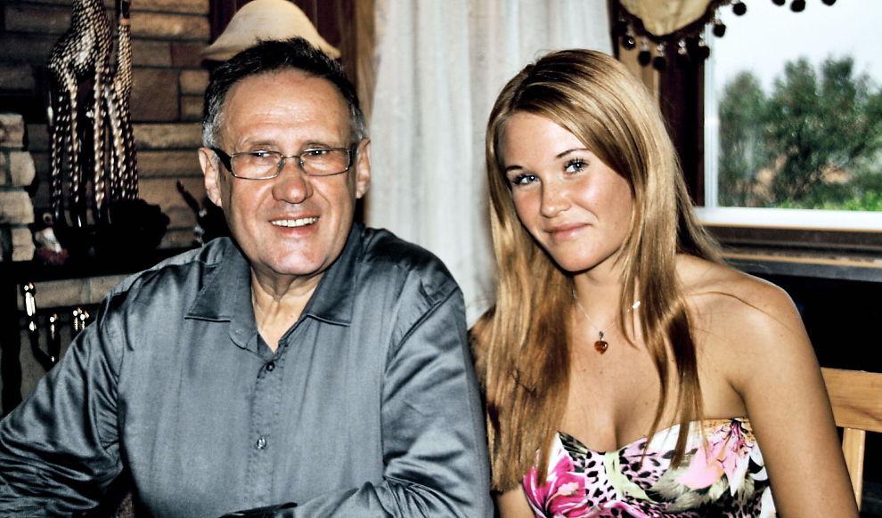 <p>LETTET: Helge Ove Irgens sammen med sin datter Regina Irgens på hans bursdag i 2012. Nå er hun lettet over at stemoren er tiltalt for overlagt drap.</p>