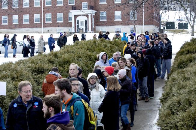 <p>LANG KØ: 500 personer møtte opp for å høre på Bill Clinton i Mount Vernon torsdag.</p>