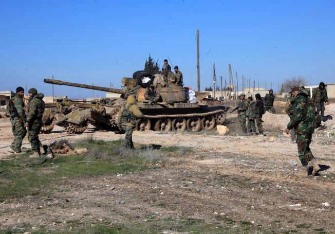 <p>ASSADS KRIGERE: Regjeringsvennlige styrker holder posisjoner i den syriske byen Ain al-Hanash nær l-Bab øst for Aleppo 26.januar 2016.</p>