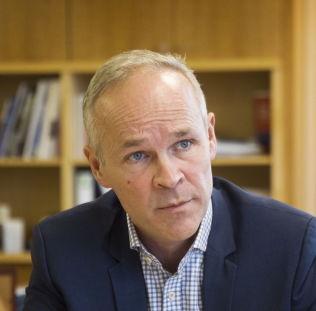 <p>FORNØYD: Høyre-nestleder Jan Tore Sanner mener velgerne straffer Ap for vingling.</p>