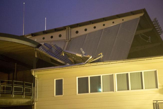 SKADER: Et tak på Color Line stadion i Ålesund har løsnet på grann av sterk vind.