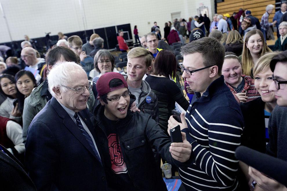<p>POPULÆR: Bernie Sanders stilte opp på selfies sammen med de mange ungdommene som møtte opp på hans valgmøte i Mount Pleasant i Iowa fredag.</p>