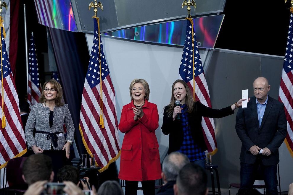 <p>STØTTER HILLARY: Gabrielle Giffords og ektemannen, astronauten Mark Kelly, på scenen sammen med Hillary Clinton og datteren Chelsea i Ames, Iowa. Ekteparet vil ha Clinton som USAs neste president.</p>