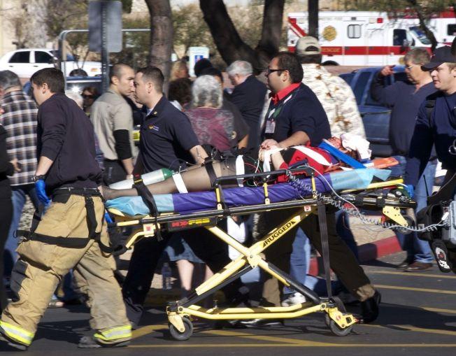 <p>SKUTT I HODET: Her fraktes kongressmedlem Gabrielle Giffords til sykehus etter å ha blitt skutt i hodet i Tucson, Arizona i januar 2011.</p>
