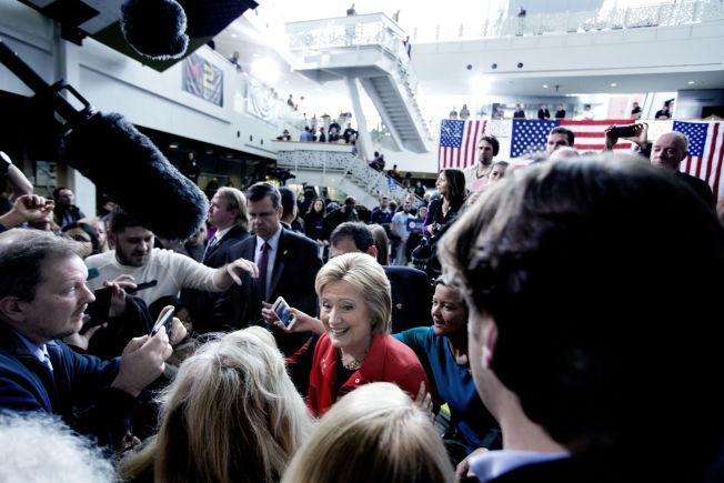 <p>SISTE TIMER: Etter talen tok Hillary Clinton seg tid til å gå rundt til publikum for å snakke med dem. Hver stemme teller innspurten før mandagens viktige nominasjonsvalg i Iowa.</p>