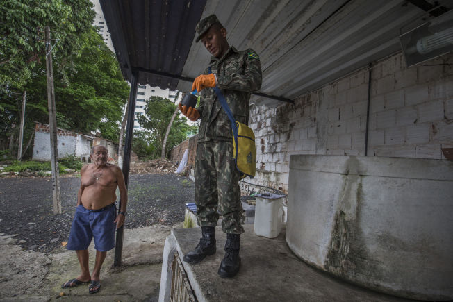 <p>LARVEFRITT: Edmundo (61) driver et bilvaskeri midt i det fattige nabolaget. Han forteller soldaten Mauricio at han ikke har dekket vanntanken, men at han renser den hver dag.</p>
