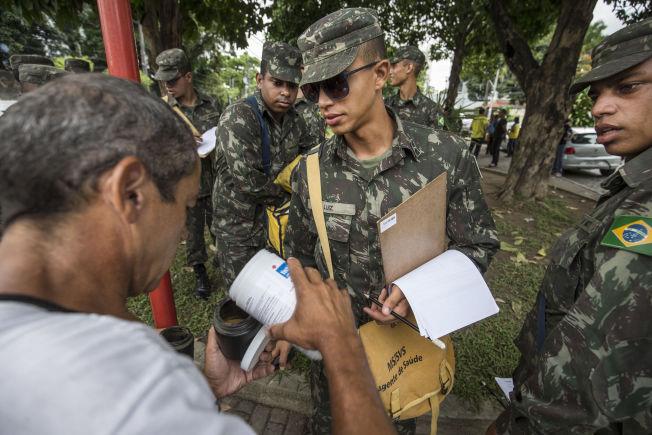 <p>AKSJON: VG fulgte med da 40 soldater og 24 kommunalt ansatte oppsøkte over tusen husstander i slumområdene i Recife, Brasil søndag morgen. Her får hæren utlevert insektgift.</p>