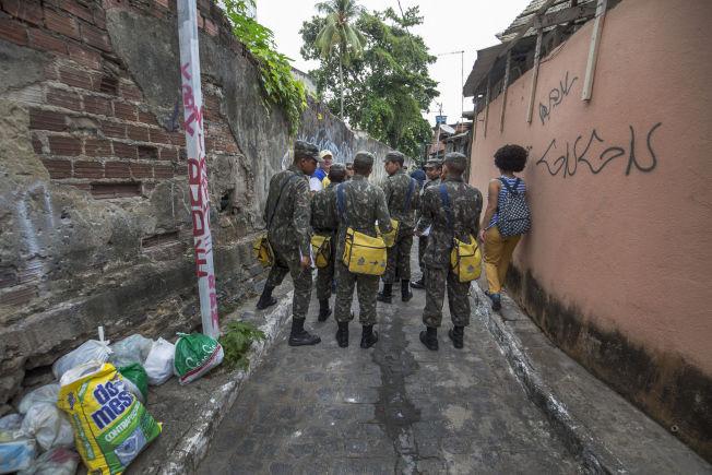<p>FULLTIDSJOBB: Hæren og kommunen har aksjonert i månedsvis, i to etapper om dagen.</p>