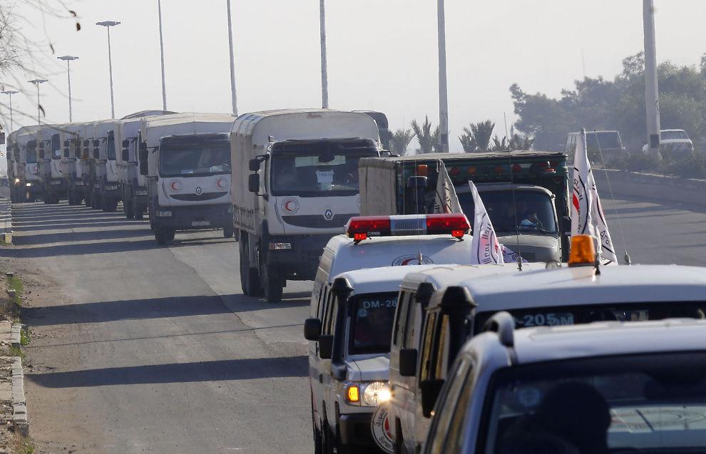 <p>VANSKELIG Å HJELPE: Siden 27 januar er den syriske byen Moudamiya ansett som beleiret, noe som gjør det vanskeligere å sende inn hjelp til befolkningen. Dette bildet er fra 14. januar, da en konvoi er på vei inn til Madaya som også er beleiret.</p>