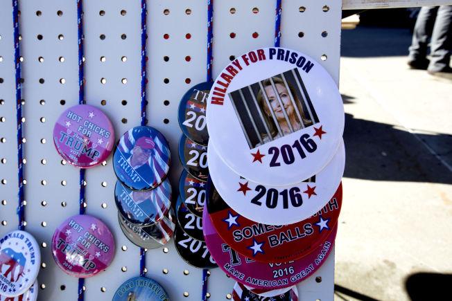 <p>KRAFTIG BUDSKAP: Buttons med påskriften«Hillary for prison» ble solgt utenfor skolen Trump talte på.</p>