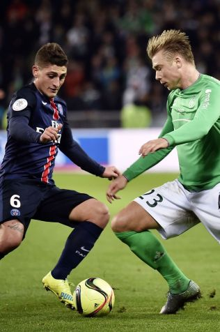 NIVÅ: Alexander Søderlund kjemper med PSGs Marco Verratti om ballen.