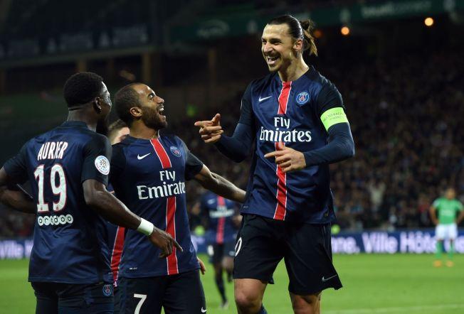 <p>SCORET TO: Zlatan Ibrahimovic feirer sin første scoring for kvelden med Serge Aurier og Lucas Moura. Senere scoret han igjen.<br/></p>