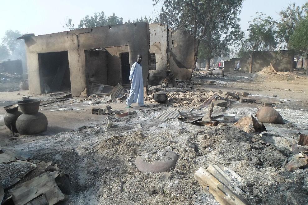 <p>ENORME SKADER: En mann går blant utbrente hus i landsbyen Dalori etter det brutale angrepet fra Boko Haram-krigere sent lørdag kveld.</p>