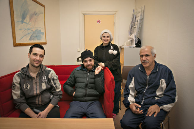 <p>HÅPER Å FÅ BLI: Fra venstre: Shizar Wajoukh (29) og Bassam Akili (32) fra Syria og Arkan Al-Maghazachi (55) fra Irak. Stående bak er Bassams kone Nahed Othman (29) fra Syria. Alle fire holder nå til på Refstad transittmottak i Oslo.</p>