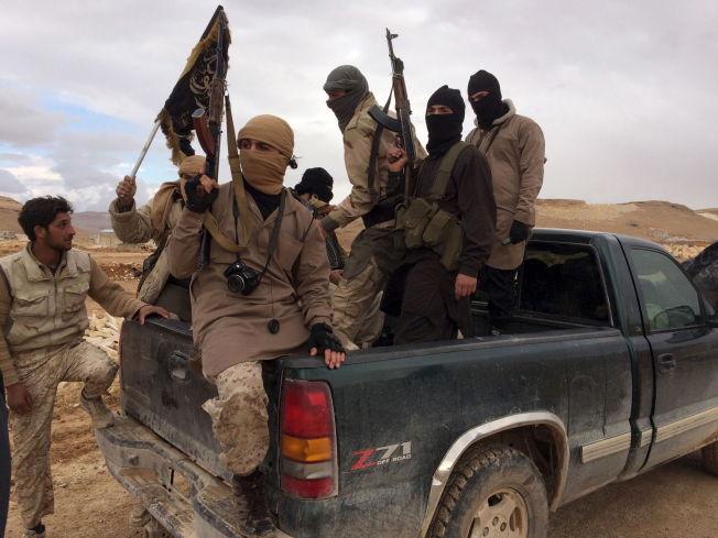 <p>MÅ HOLDE SEG HJEMME: Krigere fra Nusrafronten under en fangeutveksling nær grensen mellom Libanon og Syria i desember. Selv om de holder store landområder i Syria, får ikke den Al-Qaida-tilknyttede terrorgruppen - eller rivalene i IS - lov til å delta i Geneve-forhandlingene.</p>