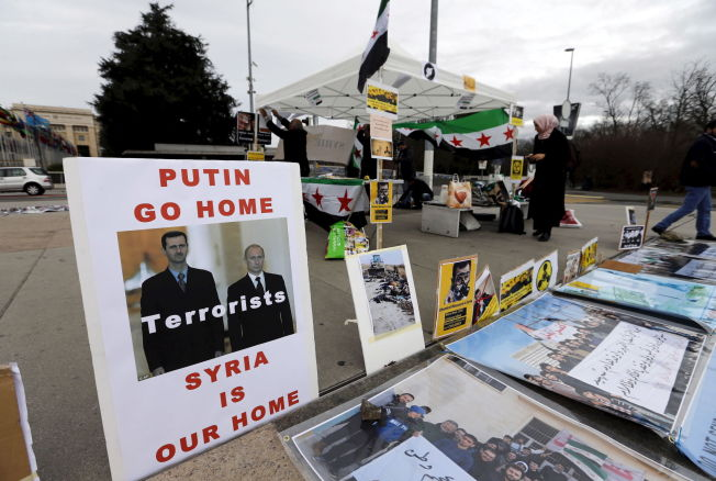 <p>MANGE KOKKER: Tilhengere av opposisjonen i HNC demonsterer utenfor FN-bygningen i Geneve - med klare meldinger til Vladimir Putin og Russland.<br/></p>