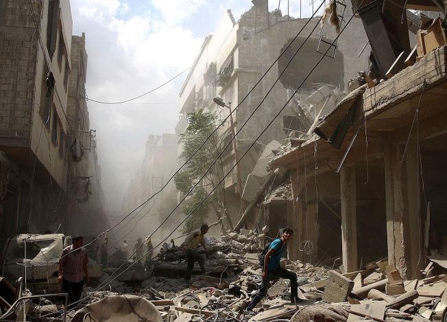 <p>FREDSHÅPET LEVER: Dette er hverdagen i Syria, der mer enn 250.000 mennesker er drept og halve befolkningen er drevet på flukt. Nå jobber FN på spreng for å få til en løsning på den fem år lange borgerkrigen som har lagt hele nabolag - som her i Douma utenfor Damaskus - fullstendig i ruiner. Foto:</p>