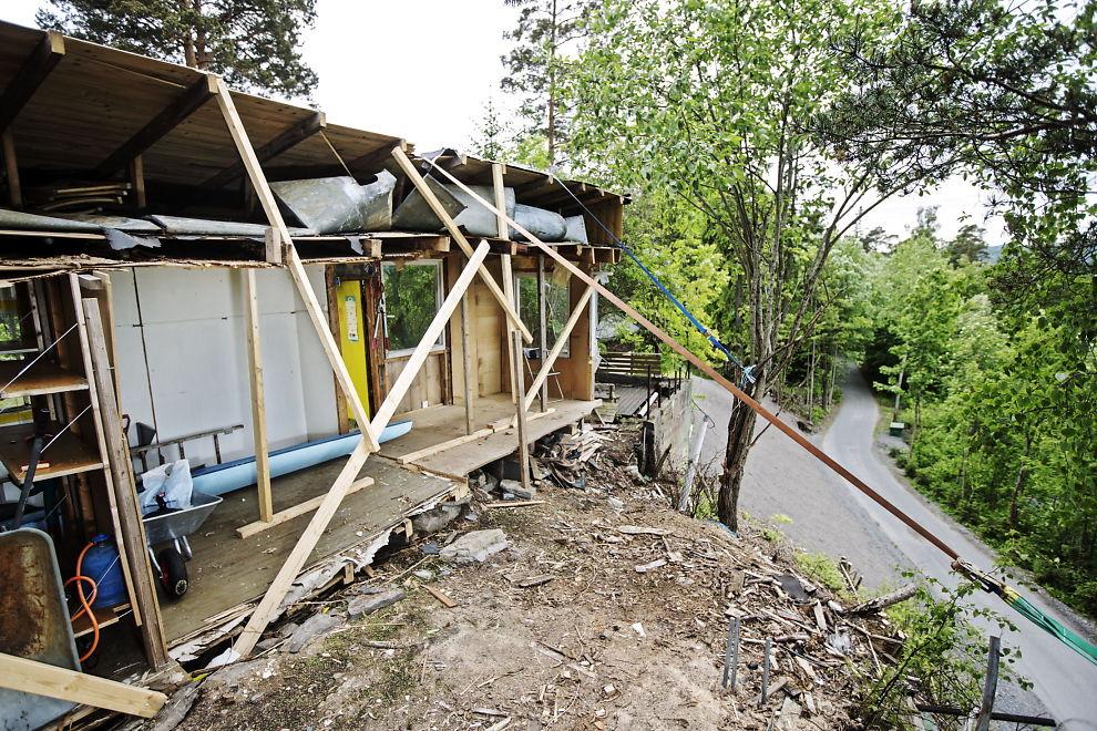 <p>DELT I TO: Slik ser uthuset til familien Waage ut etter at Arne Vigeland kappet bygget i to, i april 2014.</p>