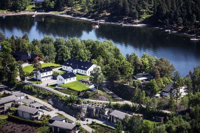 <p>NABOLAGET PÅ NESØYA: Arne Vigeland eier det hvite huset midt på bildet. Uthuset som ble kappet i to ligger i skogholtet til høyre for hans hus.</p>