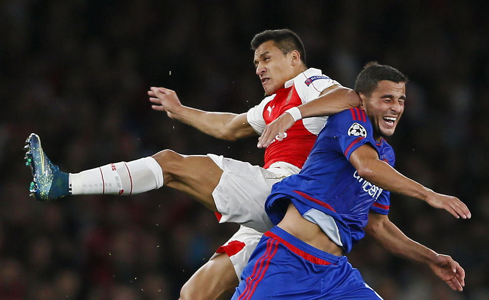 <p>NY KLUBB? Omar Elabdellauoi i aksjon mot Arsenal og Alexis Sanchez i Champions League.</p>