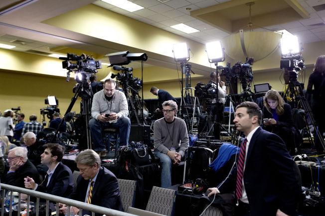 <p>STORT PRESSEKORPS: På Sheraton Hotel i West Des Moines møtte pressen opp i hopetall for Donald Trumps valgvake.</p>