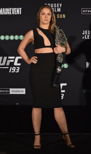 - SER BRA UT: Cecilia Brækhus synes Ronda Rousey tar seg godt ut både med og uten klær. Her poserer hun med beltet før tapet mot Holly Holm i november i fjor.