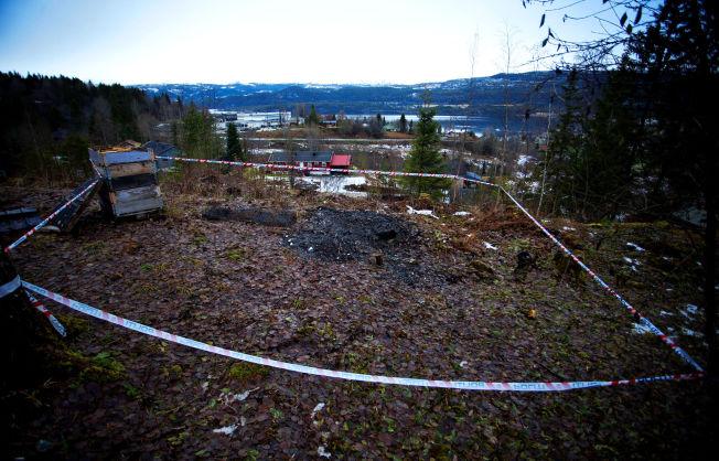 <p>BÅLPLASSEN: På bålplassen bak eneboligen fant politiet den utbrente madrassen og restene av drapsvåpenet.</p>