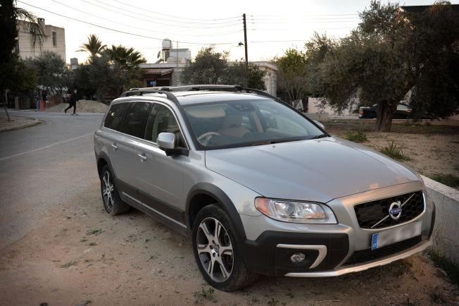 <p>OMSTRIDT: Parkert utenfor et leilighetskompleks i sentrum av Nicosia, fant VG i ettermiddag bilen Espen Lee hevder han skulle til Kypros for å hente på vegne av en annen nordmann. – Bare vrøvl, sier forsvareren til nordmannens ekskone i sitt første intervju.</p>
