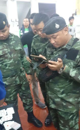 <p>TIDSFORDRIV: Både politi og militærsoldater ventet pent på at de 32 personene, som hovedsakelig var pensjonister, fikk spille ferdig Bridge-runden før de ble pågrepet.<br/></p>