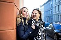 Janne Formoe og Ine Jansen støtter hverandre i tykt og tynt