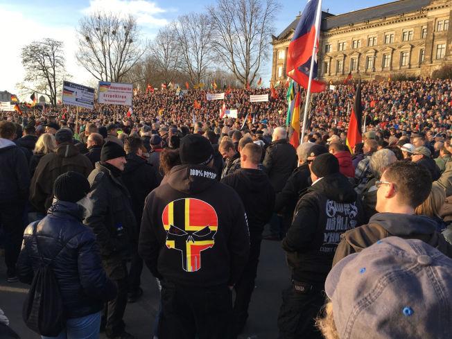 FOLKSOMT: Flere personer bærer symboler som tyder på at de tilhører høyreradikale grupperinger.